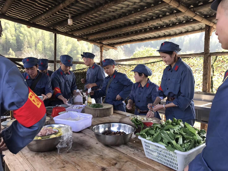 井冈山上瑞荣家人们自己动手做饭